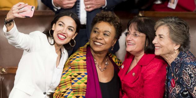 Alexandria Ocasio-Cortez, Barbara Lee, Annie Kuster et Jan Schakowsky ont fait leur entrée au Congrès le 3 janvier.