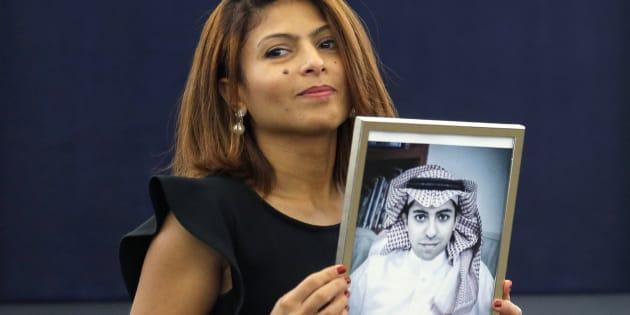 L'épouse de Raïf Badawi, Ensaf Haidar, pose avec une photo de son mari.