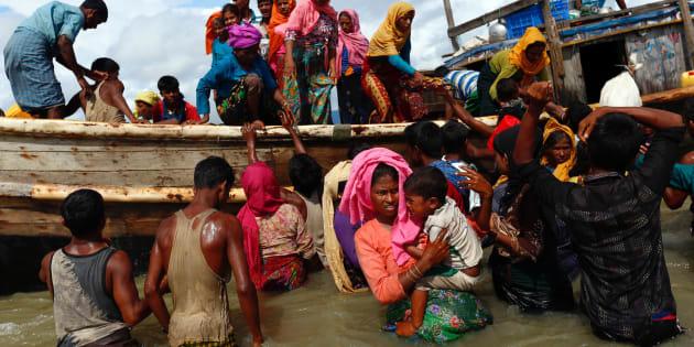 Rohingya refugees get off a boat after crossing the Bangladesh-Myanmar border through the Bay of Bengal, in Shah Porir Dwip, Bangladesh September 11, 2017. REUTERS/Danish Siddiqui