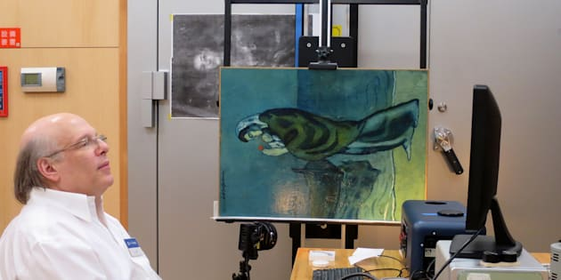 Le chercheur John Delaney observe les secrets du tableau de Picasso grâce à une technologie d'imagerie infrarouge.