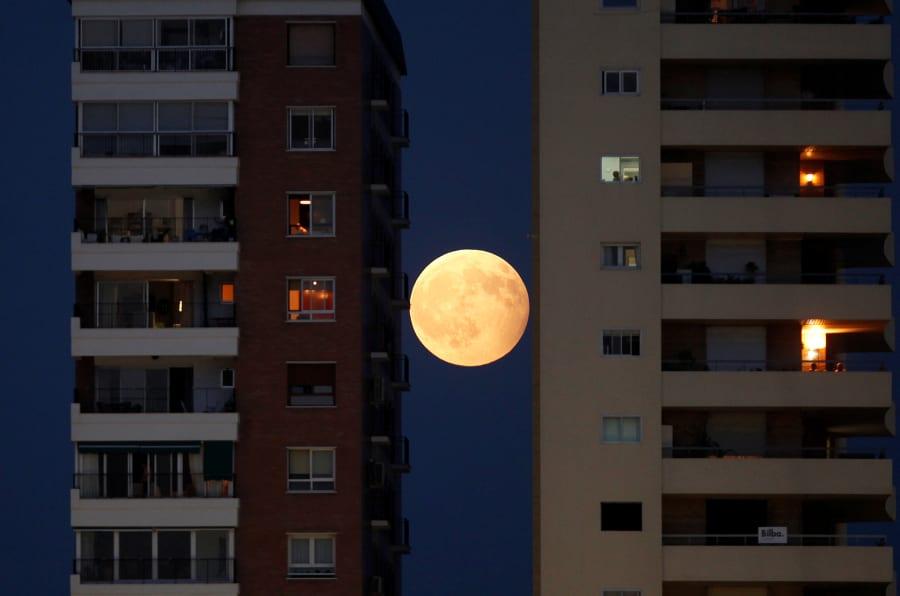 El eclipse entre edificios en Málaga.