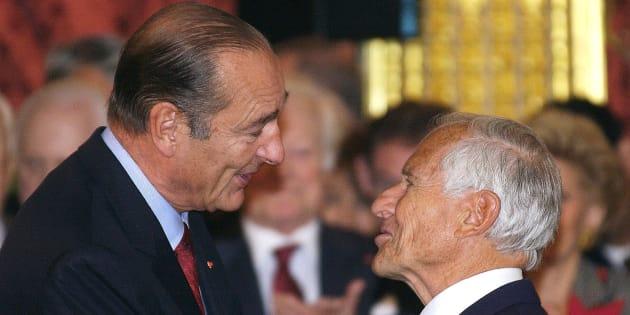 Jean D'Ormesson avec Jacques Chirac en 2002, après avoir reçu la médaille de grand officier de la Légion d'honneur.