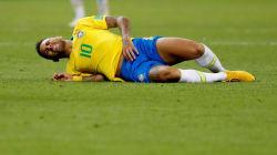 Neymar se moque de ses chutes pendant la Coupe du monde (et annonce qu'il reste au