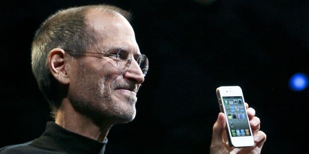 Steve Jobs présente l'iPhone 4 d'Apple, en juin 2010.
