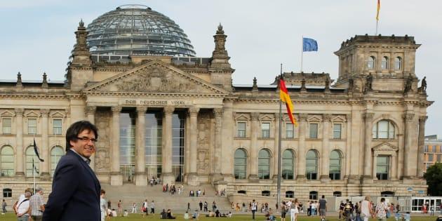 El expresident catalán Carles Puigdemont, paseando ante el Bundestag de Berlín, el pasado mayo.