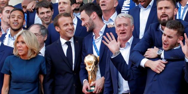 Emmanuel Macron et l'équipe de France le 16 juillet 2018 sur le perron de l'Elysée.