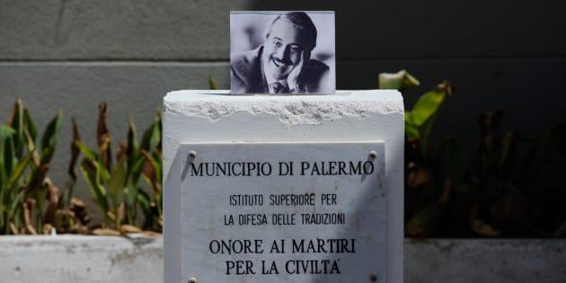 """La foto di Giovanni Falcone sul piedistallo della statua che, nei giorni scorsi, è stata vandalizzata presso la scuola """"Giovanni Falcone"""" del quartiere Zen di Palermo"""