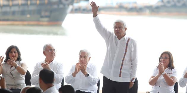 Este domingo AMLO colocó la primera piedra de la refinería que se construirá en Dos Bocas, en el municipio de Paraíso, Tabasco.