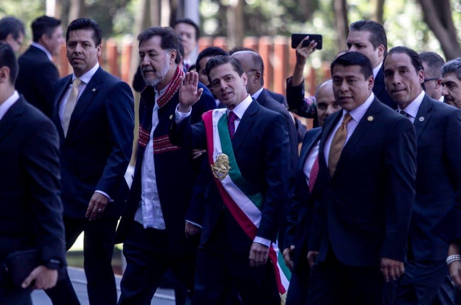 El diputado del PT, Gerardo Fernández Noroña encabezó la recepción de Enrique Peña Nieto en San Lázaro.