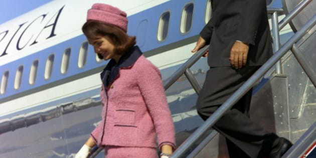 Jacqueline Kennedy descend de l'Air Force One à Dallas, le 22 novembre 1963.