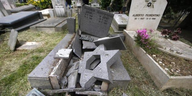 Decine di tombe danneggiate al Verano, denunciati 4 minori