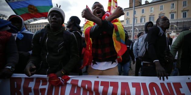 Migranti sfilano a Roma, in 25 mila per diritti a esclusi