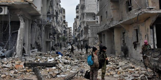 Les forces pro-gouvernementales avancent dans le quartier de Jisr al-Haj, lors d'une opération militaire pour reprendre le contrôle des zones rebelles d'Alep, le 14 décembre.