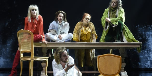 Voltaire devient un personnage de la pièce, et tous ses gens, parmi lesquels son jeune valet qui se transforme en un Candide très réussi, se voient attribuer une multitude de rôles, en vue de parfaire l'œuvre de Voltaire.