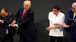 El internet no supera el incómodo apretón de manos de Trump en