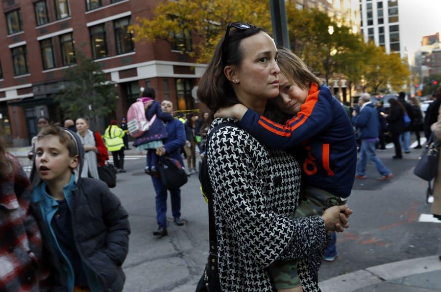 Pais buscam as crianças em escola pública em Manhattan, bem próximo à ciclovia onde houve os atropelamentos.