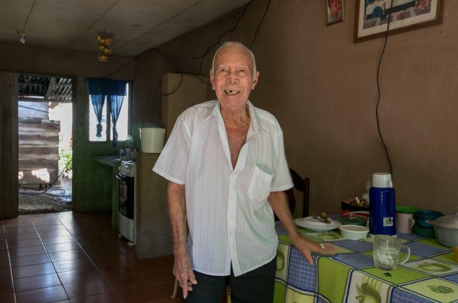 Francisco Gómez, que completou 100 anos em abril, em sua casa, na cidade de Nicoya, Guancaste, Costa Rica.