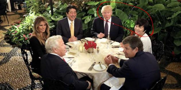 Imagen de archivo de la cena que mantuvo el matrimonio Trump con los Abe.