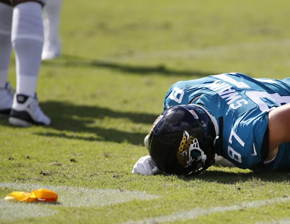 Jags TE knocked out of game after helmet hit