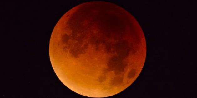 """La Luna """"di sangue"""" sveglia gli italiani all'alba"""
