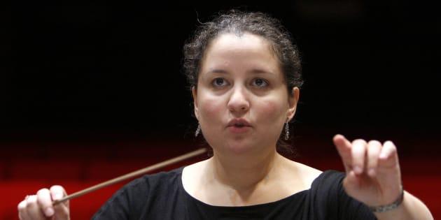 Zahia Ziouani, cheffe d'orchestre, dirigeant le 23 octobre 2010 l'orchestre régional de Cannes Provence-Alpes-Côte-d'Azur.