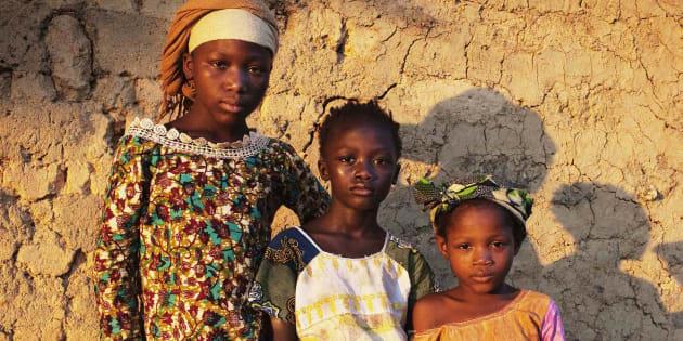 Des écolières au Sierra Leone, 21 avril 2012.  REUTERS/Finbarr O'Reilly (SIERRA LEONE  - Tags: SOCIETY)