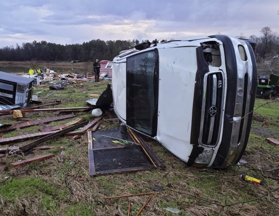 7 dead as severe storm sweeps southern U.S.