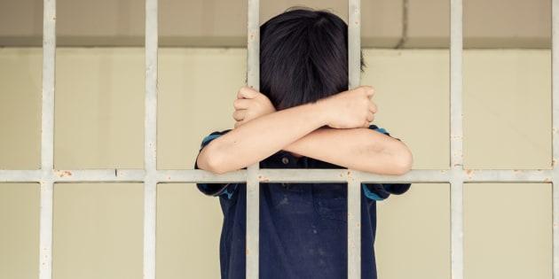 Cosa ci fa un bambino in carcere?