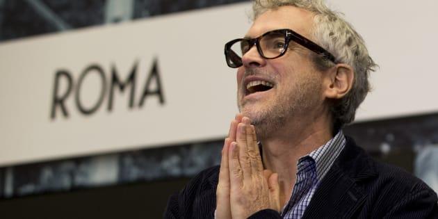 """Alfonso Cuarón agradece a periodistas durante una conferencia de prensa tras la filmación de su película """"Roma"""" en la Ciudad de México.  (AP Foto/Rebecca Blackwell, Archivo)"""