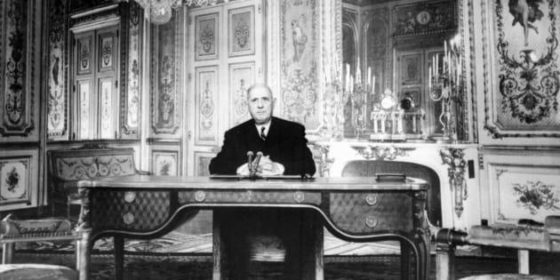 Le président de la République Charles de Gaulle adresse ses voeux à tous les Français pour 1967, dans un message radio-télévisé le 31 décembre 1966  dans son bureau de l'Elysée