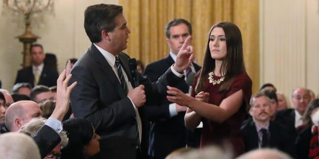 Una interna se mueve para tomar el micrófono de Jim Acosta de CNN durante la conferencia de prensa de la semana pasada. Más tarde, la Casa Blanca revocó el pase de prensa del periodista.