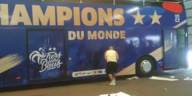 Le bus de l'équipe de France victorieuse en train d'être décoré.