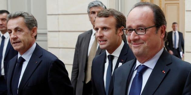 Le Président Emmanuel Macron entouré des anciens présidents Nicolas Sarkozy et François Hollande lors d'une cérémonie au palais de l'Elysée célébrant l'organisation des Jeux Olympiques 2024 à Paris, le 15 septembre 2017.
