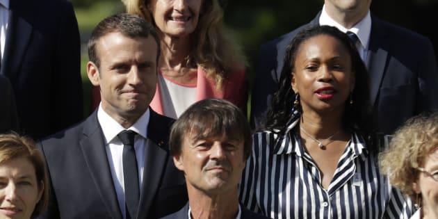 Emmanuel Macron posant aux côtés de ses deux ministres de la société civile Nicolas Hulot et Laura Flessel, tous deux démissionnaires.