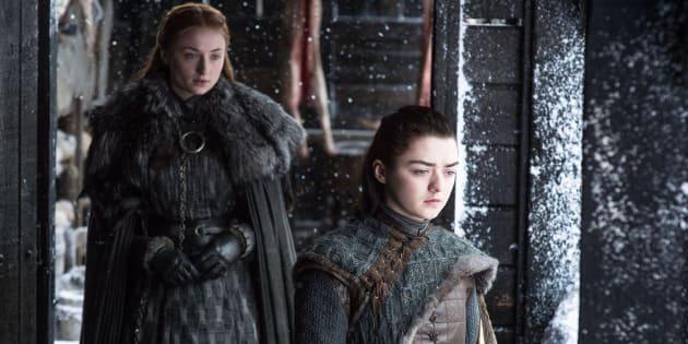 Las actrices Sophie Turner (izquierda) y Maisie Williams (derecha), interpretando a Sansa y a Arya en 'Juego de Tronos'.