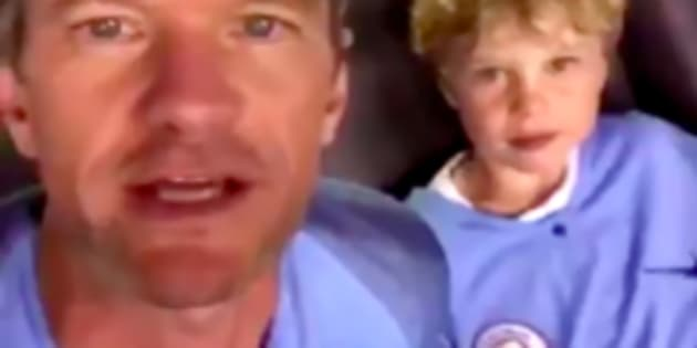 Vêtu du maillot de Manchester City, Neil Patrick Harris encourage... United.