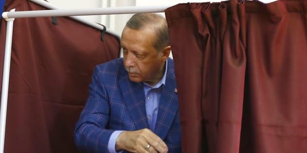Recep Tayyip Erdogan dans un bureau de vote à Istanbul le 16 avril 2017.