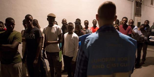 Un grupo de 57 inmigrantes, rescatados en el Mar de Alborán, tras su llegada en la noche del jueves a Motril.