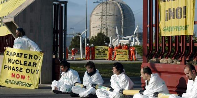 Acción de activistas de Greenpeace a favor del cierre de la central nuclear de Vandellós en 2005.