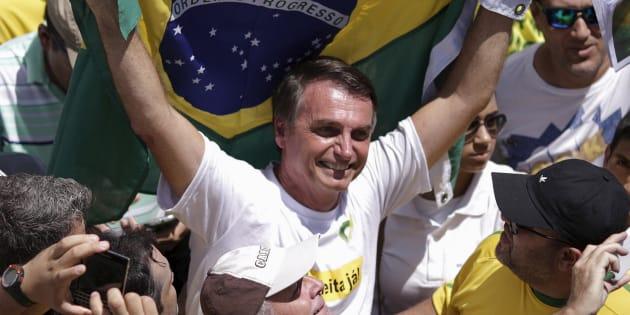O deputado Jair Bolsonaro foi super homenageado em uma escola militar.