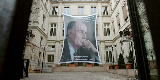 AFP                       Un portrait de l'ancien président François Mitterrand dans la cour du siège du Parti socialiste rue de Solférino à Paris