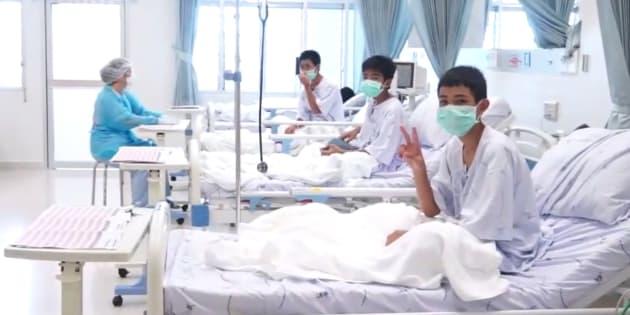 タムルアン洞窟からの救出後、タイ北部チェンライの病院で手当てを受けている少年ら(タイ政府が7月11日に公開した動画より。この3人が無国籍なのかは不明)