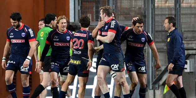 Des joueurs du FC Grenoble lors d'un match face au Racing 92 au Stade des Alpes, le 4 mars