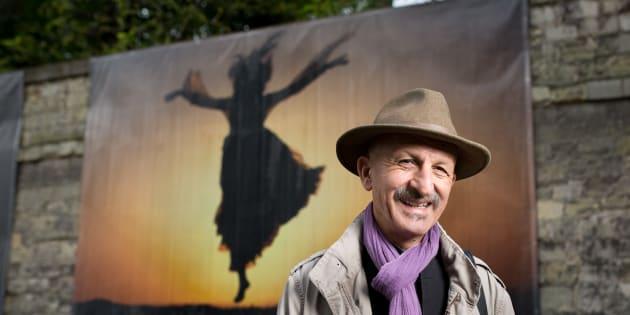 Le photojournaliste Reza devant son exposition au Centre hospitalier Sainte-Anne à Paris.