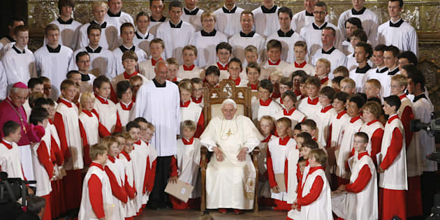 """Le pape Benoît XVI entouré d'enfants du chœur des """"Regensburger Domspatzen"""" à Ratisbonne en Allemagne le 12 septembre 2006."""