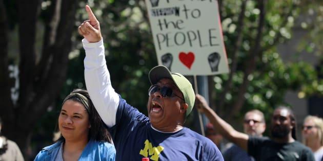 Des manifestants protestent contre les policiers responsables de la mort de Stephon Clark à Sacramento, en Californie.