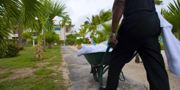 La veille du passage de l'ouragan Irma, un employé de l'hôtel Mercure de Marigot, à Saint-Martin, pousse une charrette emplie de sacs de sable, pour se préparer au pire.