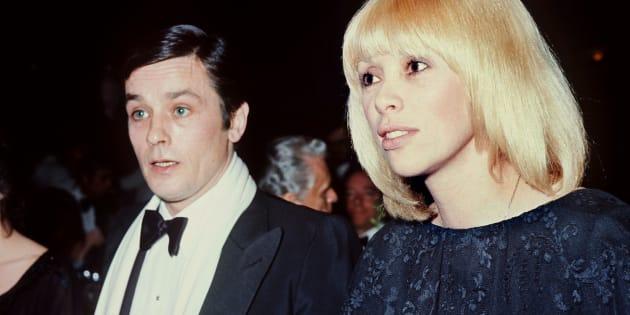 Alain Delon et Mireille Darc lors d'un dîner au Casino Ruhl à Nice en 1976.