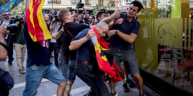 Imagen de los ultras que reventaron una protesta de izquierdas y nacionalista en Valencia el pasado 9 de octubre.