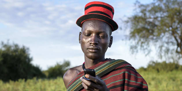 携帯電話を眺めるウガンダの男性